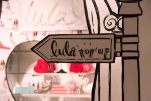 Ilustrowane dekoracje w przestrzeni sklepowej -